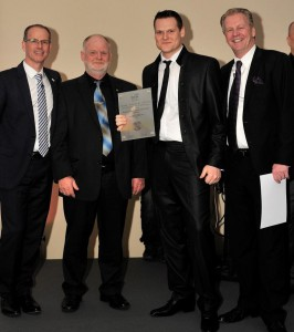 bsw-Präsident Dietmar Rogg, Georg und Sascha Krause, bsw-Vizepräsident Bert Granderath im Februar 2015 bei der Preisverleihung in Berlin – und heute wird in Barcelona geehrt