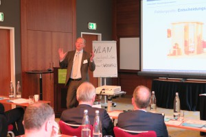 bsw-Lieferantenkonferenz: Blick über den Tellerrand mit Branchenbezug: Prof. Dr. André Betzer macht´s am Thema Nudging vor.